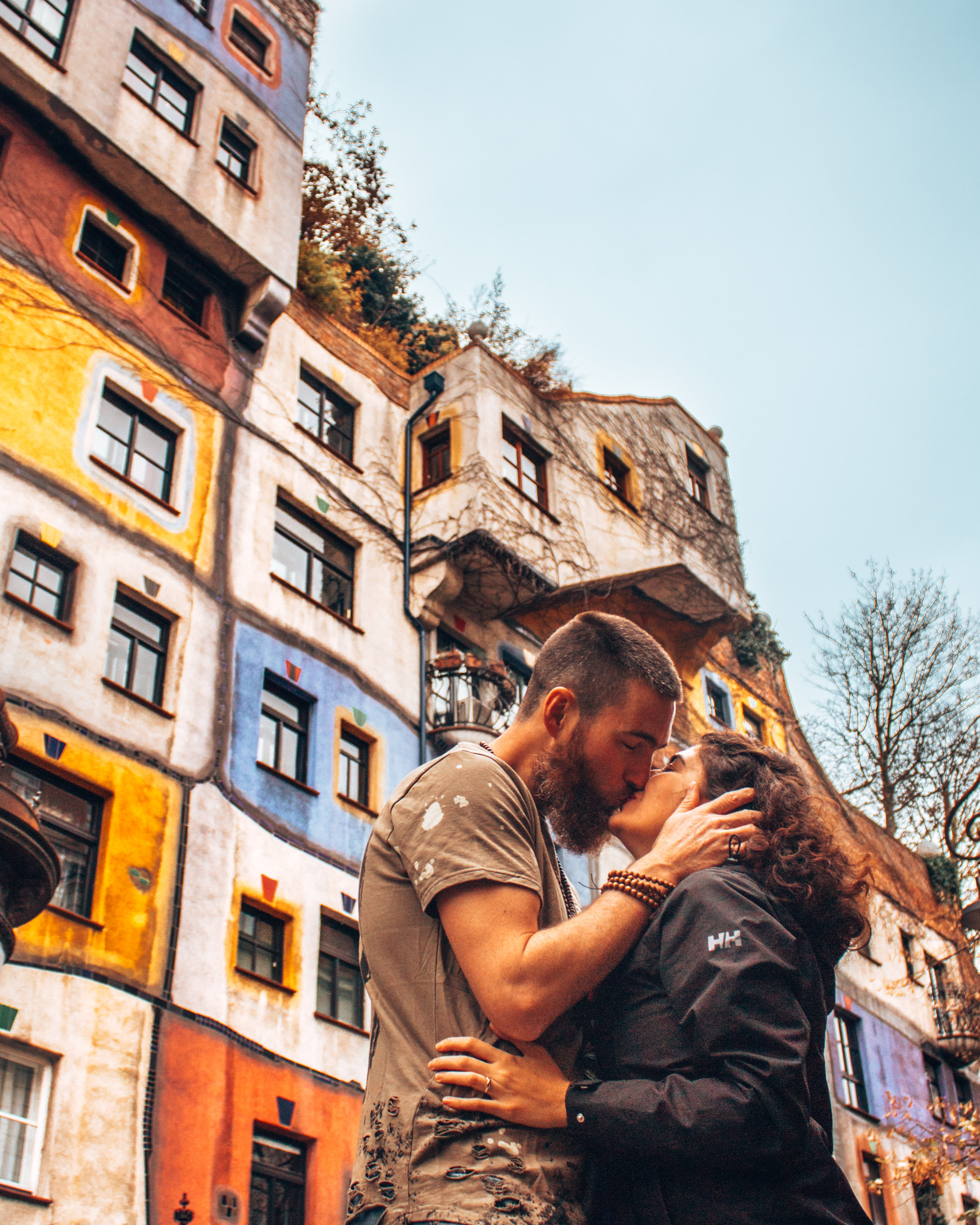 Kissing in front of the Hundertwasser house in Vienna